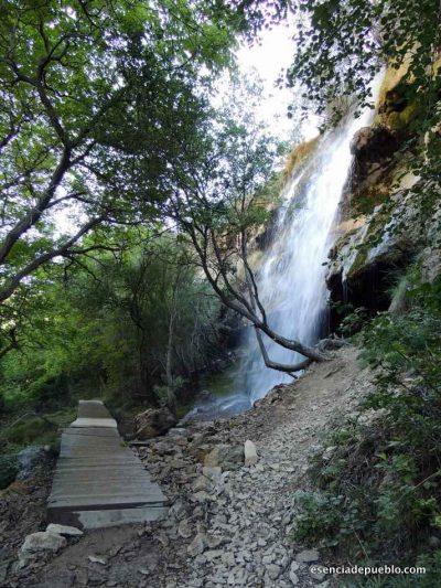 Cascada de camino al nacimiento del río Pitarque